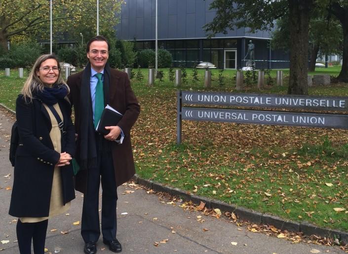 Con Charo Encinas en las puertas de la Oficina de la UPU